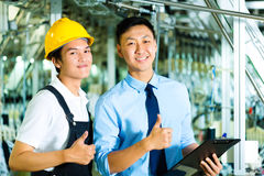 Worker and production manager with Clipboard Royalty Free Stock Photos