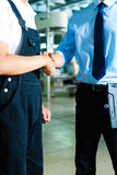 Worker and production manager in a factory Royalty Free Stock Photos