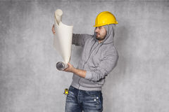 Worker reading building plans Royalty Free Stock Photography