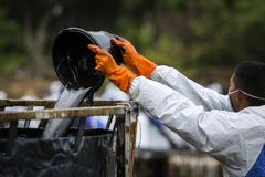 Worker remove crude oil from a beach Royalty Free Stock Photos