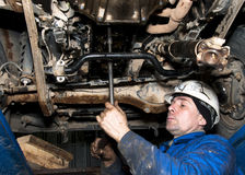 The worker repairs the car Royalty Free Stock Photos