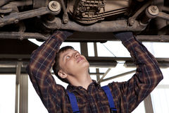 Worker of service station repairing car Royalty Free Stock Photography