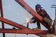 Worker welding the steel to build the roof. NAKHON RATCHASIMA -JAN 13 : worker welding the steel to build the roof at construction site on January 13, 2016 in Royalty Free Stock Photos