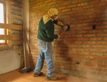 Worker working on a wall of a log cabin royalty free stock photos