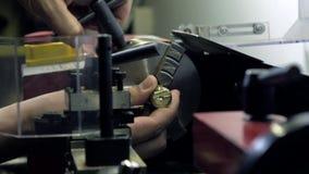 Worker& x27; manos de s y máquina del torno en la acción Pedazo de cobre amarillo que trabaja a máquina Fotos de archivo libres de regalías