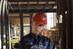 Workerer de construction sur le lieu de travail Image libre de droits