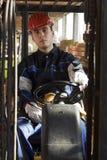 Workerer della costruzione sulla macchina dell'azionamento del posto di lavoro Fotografie Stock