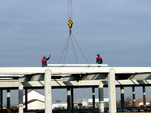 Workers with crane on new building construction Royalty Free Stock Photos