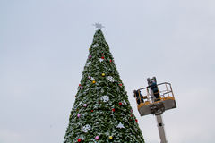 Workers decorate a Christmas tree in Volgograd Stock Photos