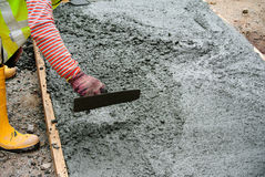 Workers leveling the wet concrete Royalty Free Stock Photos