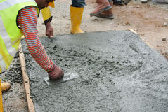Workers leveling the wet concrete Royalty Free Stock Photography