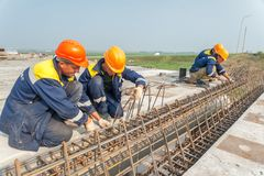 Workers mount bridge span Royalty Free Stock Photo