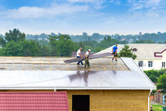 Workers produce work on roofing Royalty Free Stock Images