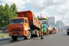 Workers repairs road Royalty Free Stock Photos