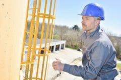 Workes maakt versterking voor concrete stichting stock foto