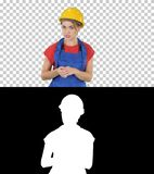 Worket femminile della costruzione che spiega le sue idee alla macchina fotografica, Alpha Channel immagini stock libere da diritti