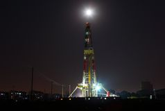 Working drilling rig in night. Land drilling rig in liaohe Oil,CHN Stock Photos