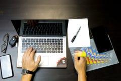 working för affärsbärbar datorman arkivbilder