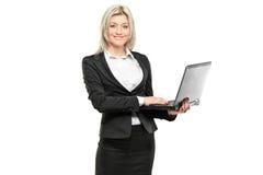 working för affärskvinnabärbar datorstående Arkivfoton