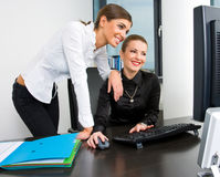 working för affärskvinnadatorskrivbord Royaltyfria Bilder