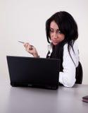 working för affärskvinnakontorsstående Arkivfoto
