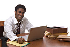working för afrikansk amerikanaffärsmanbärbar dator Arkivfoton