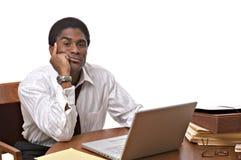 working för afrikansk amerikanaffärsmanbärbar dator royaltyfri foto