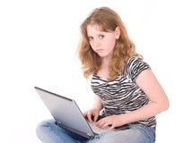 working för flickabärbar datortonåring Royaltyfri Bild