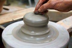 working för hjul för krukmakeri för keramiker för lerahandman Arkivfoton