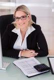 working för kontor för affärskvinnafokusanteckningsbok Royaltyfri Fotografi