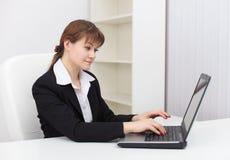 working för kvinna för datorkontor trött Arkivbild