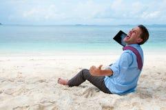 working för PC för man för strandaffär lycklig fotografering för bildbyråer