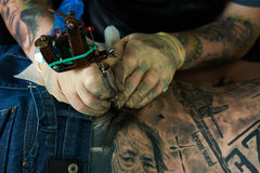 Working hands of tattoo master Royalty Free Stock Photography