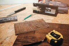 Free Working Instruments Lying On OSB Background. Power Jigsaw, Scroll Saw, Try Square, Measuring Tape And Putty Knife Applicator On Royalty Free Stock Images - 173411449