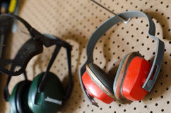 WORKING-TOOLS-WORKSHOP-PROTECTIVE-HEADPHONES Fotos de archivo libres de regalías