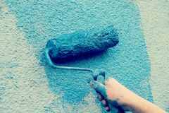 Workman painting the wall. With paint roller Royalty Free Stock Photos