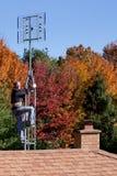 Workman som installerar den digitala antennen för HDTV Royaltyfri Fotografi