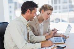 Workmates que trabalham junto em seu computador Imagem de Stock Royalty Free