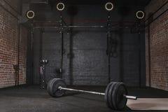 0Workout γυμναστική με το διαγώνιο κατάλληλο εξοπλισμό Γυμναστικά δαχτυλίδια φραγμών Barbell οριζόντια στοκ εικόνα