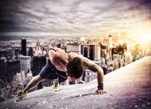 Workout επάνω από τη στέγη ενός κτηρίου στην πόλη Στοκ Φωτογραφίες