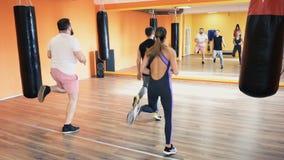 Workout με το προσωπικό λεωφορείο Γυμναστική για το κιβώτιο Κέντρο ικανότητας Λέσχη υγείας Τρυπάνια και excersice για τα λακτίσμα απόθεμα βίντεο