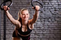 Workout στα δαχτυλίδια crossfit Γυναίκα ικανότητας workout στο TRX στη γυμναστική Στοκ Εικόνα
