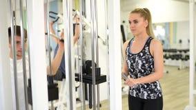 Workout στη γυμναστική απόθεμα βίντεο
