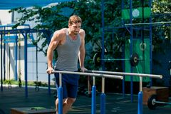 Workout, τράβηγμα UPS αθλητικών τύπων στον οριζόντιο φραγμό Στοκ φωτογραφία με δικαίωμα ελεύθερης χρήσης