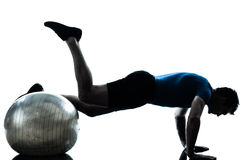 Άτομο που ασκεί workout τη στάση σφαιρών ικανότητας Στοκ φωτογραφία με δικαίωμα ελεύθερης χρήσης
