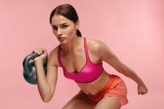 workout Addestramento della donna con la testa di legno su fondo rosa immagine stock libera da diritti
