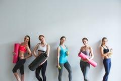 workout Mulher de sorriso bonita que vai ao gym imagem de stock royalty free