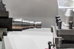 Workpiece do metal apertado na máquina do CNC do mandril do torno imagem de stock