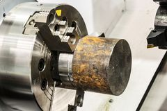 Workpiece do metal apertado na máquina do CNC do mandril do torno fotos de stock