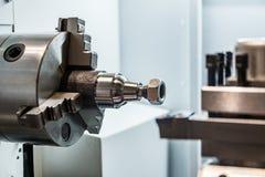 Workpiece do metal apertado na máquina do CNC do mandril do torno fotografia de stock royalty free